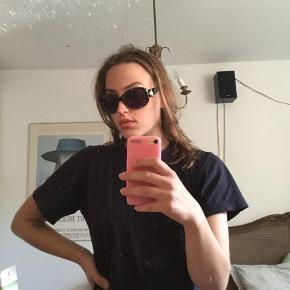 Sælger mine flotte vintage Versace solbriller, da jeg desværre ikke får dem brugt nok. De er næsten lige blevet strammet hos en optiker!  Har desværre ikke etuiet til dem  Bare kom med bud!💗