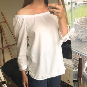 Byd gerne :)  Let bluse med firkantet udskæring, kan bæres off shoulder, har binde detalje ved ærmerne, lavet af bomuld