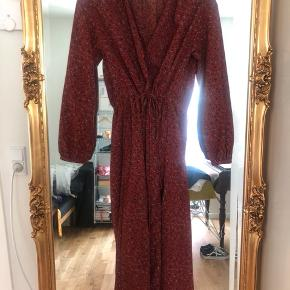 Kjole fra Uniqlo købt sidste år i Moskva. Str 34, men passes også af en small   Kan afhentes i København eller sendes på købers regning ⭐️