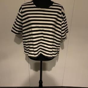 Sort/hvid stribet oversize bluse fra Masai str L Brugt men pæn.  Køber betaler Porto.