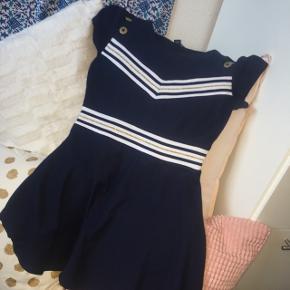 Jeg sælger min tommy Hilfiger kjole da jeg ikke kan passe den mere bage BYD!!!