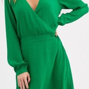I super fin stand.  Slå om kjole som også fint kan passe en str. 38.  Byd  #30dayssellout