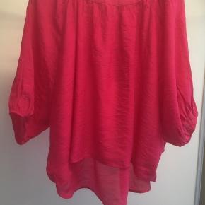 Mærke: Ze-Ze Concept Style: ISABELLA 12 Størrelse: S Farve: Pink  Materiale: 60 % Viscose og 40 % Polyester Stand: aldrig brugt, med prismærke  Nypris kr 199.95   Sælges kr 65