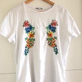 ZARA T-shirt med broderier - Str. M