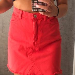 Så sej rød nederdel i denim stof !!