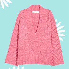 Fin lyserød striktrøje fra hm, med store ærmer og v-udskæring. Sidder super flot💕💓
