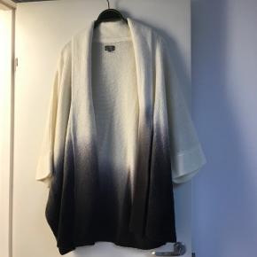 Meget lækker og flot overdel. Går fra farven råhvid over i grå/sort. Det er 100 % akryl, aldrig brugt og utrolig flot. Sælges da den er for stor til mig og prismærket er taget af. Mærket er Miya Ando