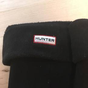 Nypris er 300 kr. Hunter gummistøvle strømper er brugt en gang, så standen er rigtig flot - der er kun meget lidt fnuller, som ikke kam undgåes 😊 Det er en str. L (39-42)