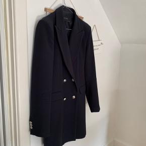 Så fin blazer-jakke fra ZARA, i meget mørkeblå næsten sort med sølv knapper. I meget fin stand.