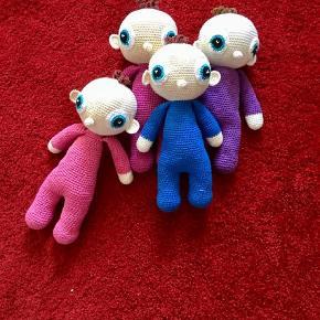 Brand: Hjemmehæklet Varetype: Legetøj Størrelse: Ca 28 cm Farve: se fotos  Sød dukke hæklet i øko-bomuld og med fiberfyld.  Kan vaskes i vaskemaskine.  Fra absolut dyre- og røgfrit hjem.