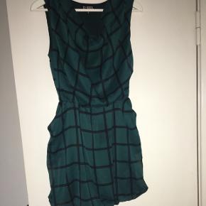 Flaskegrøn kjole med tern og lommerMærke: D-xel Størrelse: 16 år Aldrig brugt Røgfrit hjem Byd!