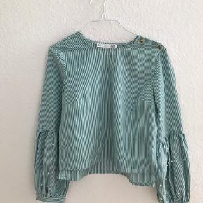 Grøn/hvid-stribet skjorte med perler. Aldrig brugt.