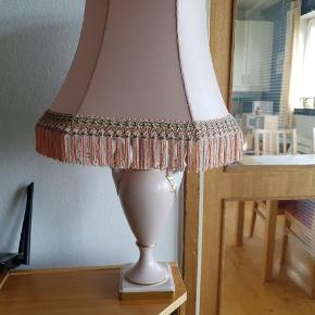 Smuk Bavaria lampe fra Alka kunst, i lys rosa. Lampen er med stof ledning. Den er meget fin.