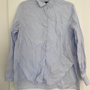 Super fin skjorte med lille plet ved knaphul (købt sådan) - småstribet hvis/lyseblå/mørkeblå  100% bomuld