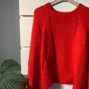 """Rigtig fin, rød striktrøje fra Only. Strikken har rigtig fint mønster og små """"ballonærmer"""""""