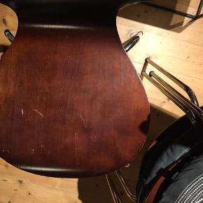 Fire 'Jonathan' skalstole fra unoliving.com lavet i træfiner af en art. Nogle af stolene har fået lidt ridser af at blive brugt (stolen med flest ridser kan ses på billede nr. 2). Har nogle puder til dem, der kan følge gratis med.  Endelig kom med bud 😄
