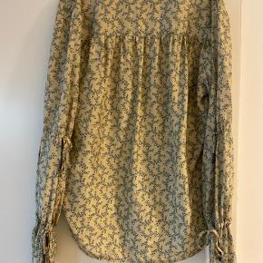 "Fin silke skjorte fra Noa Noas eksklusive linje ""on this note""   så fin og aldrig brugt.  Kvalitet: 100% silke"