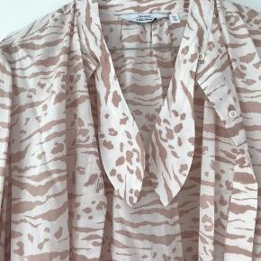 Str. 38. Brugt 1 gang. Fin skjorte, hvor man kan binde en sløjfe ved kraven. Prisen er fast (inkl. porto) og forbeholder mig retten til ikke at sælge ved ingen seriøse bud.