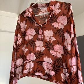 Skjorte / bluse fra Ganni Lille i størrelsen