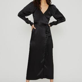 Så fin kjole fra ROTATE by Birger Christensen. Står helt som ny, og er kun brugt en enkelt gang!   Kan både passes af en S og M, da bindebåndet kan forme den.