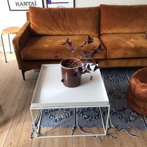 """Smukt Hay Tray Table i str. L 🌸 måler 60 x 60 x 39 cm. I pulverlakeret stål. Mega fedt minimalistisk sofabord i rimelig stand. Det har nogle uundgåelige ridser, samt et """"afslag"""" på kanten som er afbilledet.   Bemærk - afhentes ved Harald Jensens plads, skal nedbæres fra 4. sal 👌🏼 bytter ikke!   💫 Hay tray table bakkebord hvid hvidt dansk design sofabord sofa bord"""