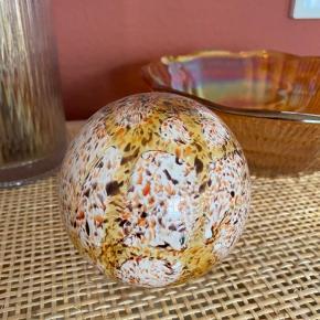 Fin lille dekorativ kugle til at pynte på eksempelvis en kommode eller en hylde