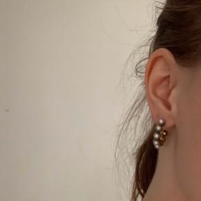 Fineste guldfarvede hoops med perler fra By Stine Winther 🌸🌸 Super fin stand, udover at den nederste perle mangler på en af dem. Det lægger man dog heldigvis ikke rigtig mærke til når de er på (se billede)