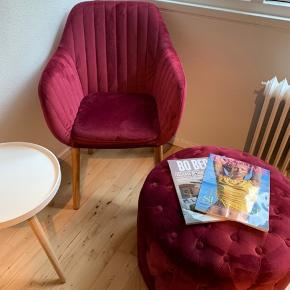 Jeg sælger min stol og puf, da jeg desværre ikke får det brugt, det står bare til pynt, det er næsten som nyt og har kostet 3500. Er ca. 1 år gammel, har desværre ikke kvitteringen på det. kom endelig med et bud eller skriv hvis du vil se flere billeder
