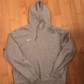 Nike hoodie Kun brugt et par gange   Byd  Helst meetup  Skriv pb for bedre og flere billeder