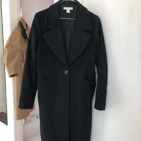 Rigtig fin frakke fra hogm i lige facon. Str. 34. Indeholder 52% uld