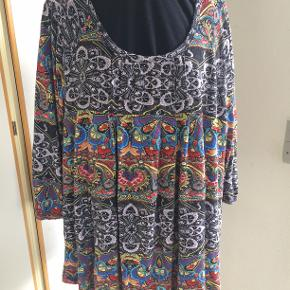 Sød bluse i polyester. Fra Zizzi str M. bm 68 x 2 og læ 65 cm.