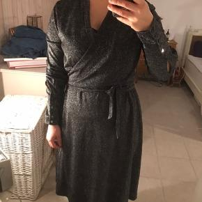 Helt ny kjole i sølvglinsende stof. Nytårskjole? kan afhentes i Odense v.  Se også mine ca. 400 andre annoncer - jeg giver mængderabat (:
