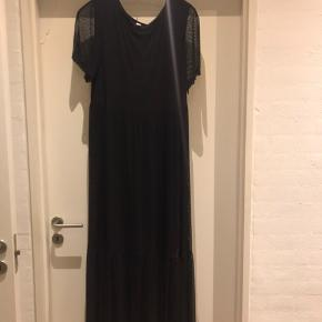 Lækkert maxi kjole fra Que  Yderstoffet er mesh med underkjole