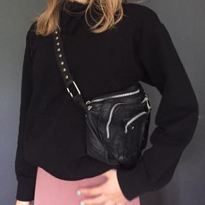 Læder NÚNOO taske i udgaven BLACK ALIMAKKA.