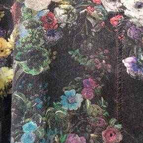 Lækker retro skjorte i blomstret mønster. Lidt oversize, men ærmerne har 3/4-længe på mig (jeg er 172 cm høj).