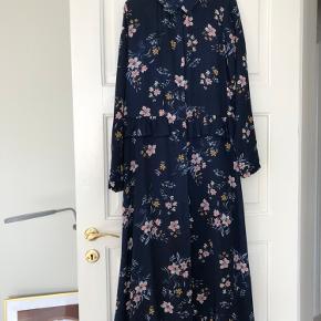 Lang kjole med skjulte knapper hele vejen ned