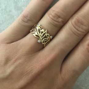 Sælger min smukke blomster ring fra Dirks Design i 14 karat. Klassisk ikon som de har haft i mange år, prisen stiger på dem fra år til år, nu koster de 5995 kr. i butikken med 3 diamanter. Har brugt den sparsomt og kun til festlige lejligheder, så den er meget fin. Størrelsen er en 52, og du er velkommen til at komme og prøve den. Jeg har stadig certifikat på den :)   Se gerne mine andre annoncer med smykker :)