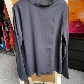 Smuk skjorte fra Neo Noir. Aldrig brugt, men vasket og prøvet på.  Lyset drillede mig da jeg tog billederne. Skjorten er meget mørkeblå - sidste billede kommer tættest på.
