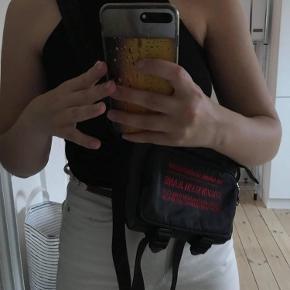 Calvin Klein Jeans crossbody-taske Farven er en mørk grå med rød skrift Byd gerne