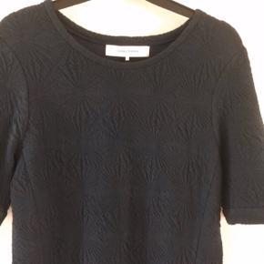 Varetype: Lækker Bomuld m stretch  Farve: Navy,      Mørkeblå Angivet som 38. Fitter str 36 - 38  Super flot kjole med flot struktur i stoffet.   Behageligt materiale: 88 % bomuld, 10 % polyester og 2 % elasthan.
