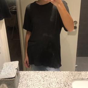 Oversize t-shirt. Sælges meget billigt grundet hul ved skulderen.