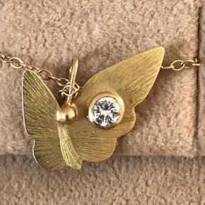 Fint unikt sæt fra Dulong med butterfly vedhæng med brillantsleben diamant på 0,15 karat samt kæde på 46 cm med rubin og rosakvarts Incl Dulong æske