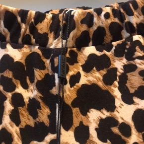 Bløde Leo printet Jersey bukser fra Studio  Ny pris 500   Der står str XXS i bukser men de passer en str 38/40 pige
