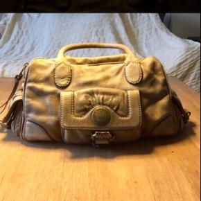 Varetype: Taske Håndtaske Skuldertaske Størrelse: Mellem Farve: Gråbrun  Lækker rummelig taske fra Marc By Marc Jacobs.  Passer godt på og i rigtig fin stand.  Længde 38, bredde 12 og højde ca 24 cm.