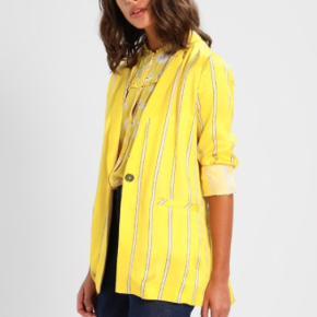 Costummade Blazer i gul. Brugt 1 gang i en times tid. Uden prismærke. Str. 38.