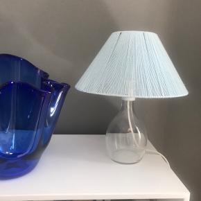 Lille fin bordlampe med skærm lavet af garn.  Sælges uden pære.  Højde: ca. 30 cm.