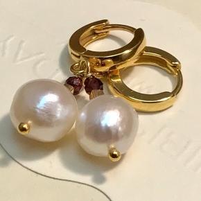 ❣️ så fine små forgyldte sterlingsølv creoler❣️ ❣️forgyldt med 24'karat guld  ❣️måler 15 mm ❣️vedhæng af super fin ægte ferskvandsperle. ❣️facetsleben ægte smuk granat stene Da der er tale om naturlige perler, er de ikke 100 % ens. Prisen er fast, men hvis du ønsker at købe flere af øreringene fra min side, kan vi naturligvis finde en anden pris.
