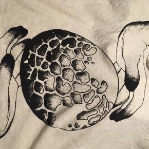 Fin t-shirt i str. small, den er ikke facon formet, så den har det maskuline look i formen!
