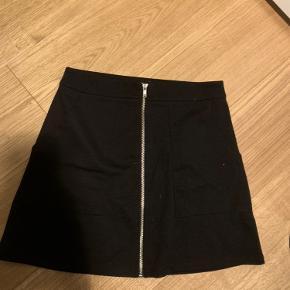 H&M nederdel i sort med lynlås. Fitter xs-s  Jeg er 1.72 og vejer 65 kg. Bruger normalt small/medium. *dette item kan benyttes i mit 3-for-100 tilbud