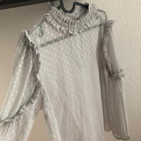 Smuk grå chiffon skjorte fra vero moda med lækre feminine detaljer. Brugt få gange - fejler intet.  Byd, køber betaler Porto og ts gebyr. Handler gerne mobilepay.
